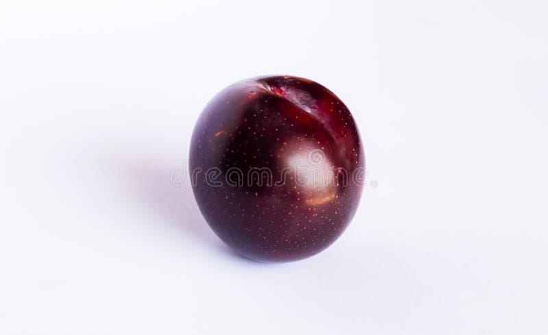 Fermez-vous d'une prune de cerise rouge d'isolement photographie stock