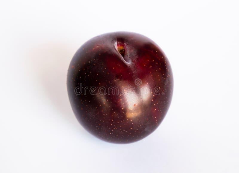 Fermez-vous d'une prune de cerise rouge d'isolement images stock