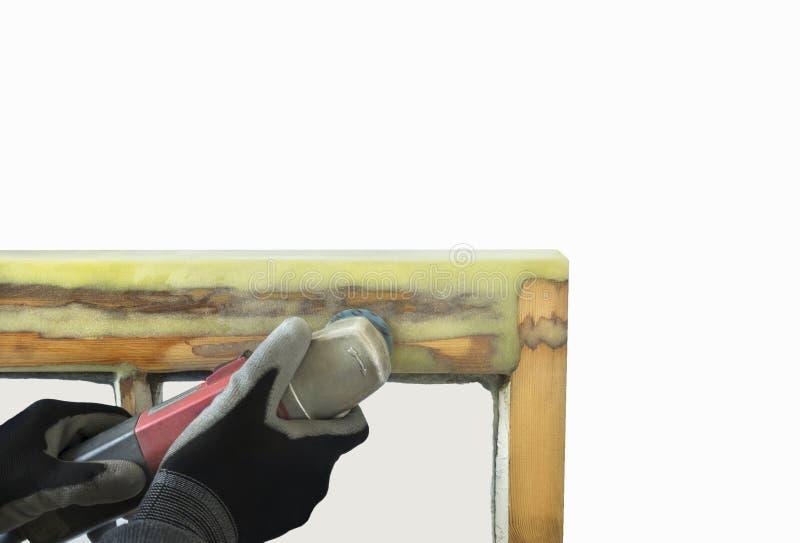 Fermez-vous d'une résine de ponçage de personne des fenêtres de ceinture reconstituées photos libres de droits