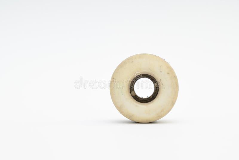 Fermez-vous d'une roue de planche à roulettes sur le fond blanc Accomplissez le ska photos stock