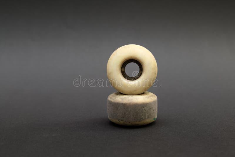 Fermez-vous d'une roue de planche à roulettes sur le fond noir Accomplissez le ska photographie stock libre de droits