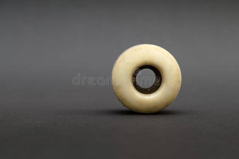 Fermez-vous d'une roue de planche à roulettes sur le fond noir Accomplissez le ska photographie stock