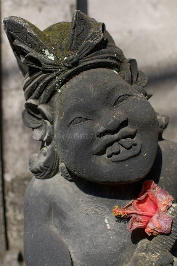 Fermez-vous d'une statue bizarre de pierre de balinese images stock