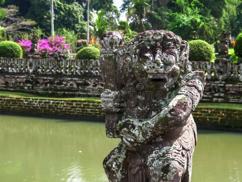 Fermez-vous d'une statue et d'un fossé au temple d'ayun de taman de pura sur Bali photographie stock