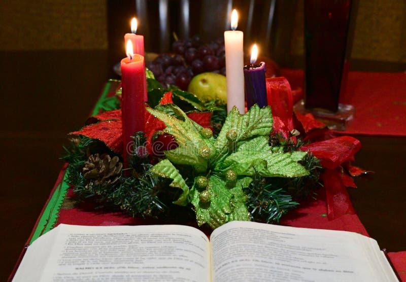 Fermez-vous d'une table traditionnelle de Noël images libres de droits