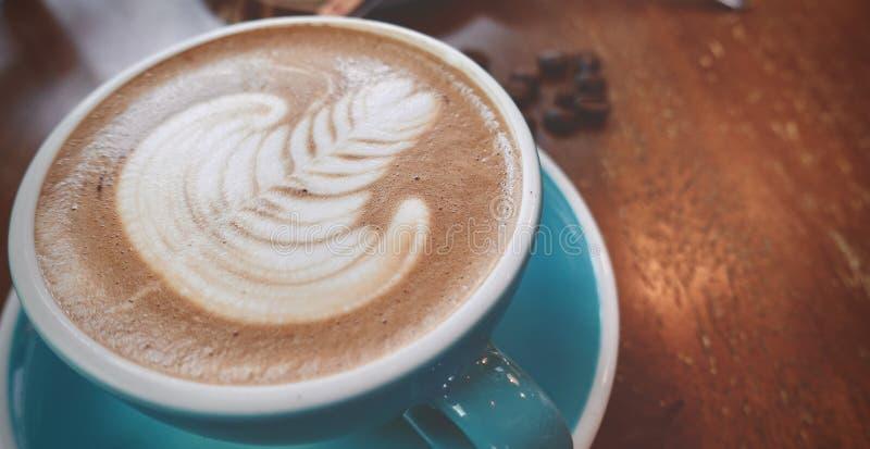 Fermez-vous d'une tasse d'art chaud de latte ou de café de cappuccino photo stock
