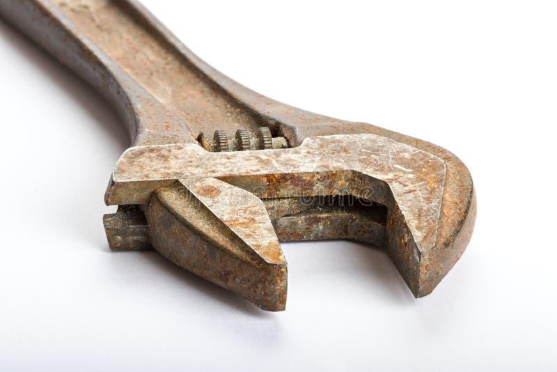 Fermez-vous d'une vieille clé réglable rouillée photo stock