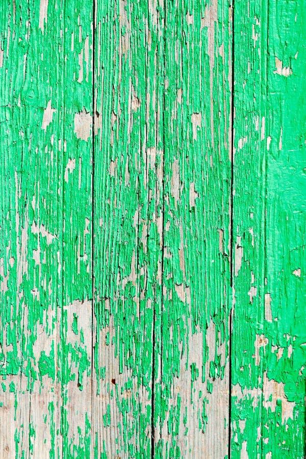 Fermez-vous d'une vieille porte en bois, peinture verte épluchant ; texture photo stock