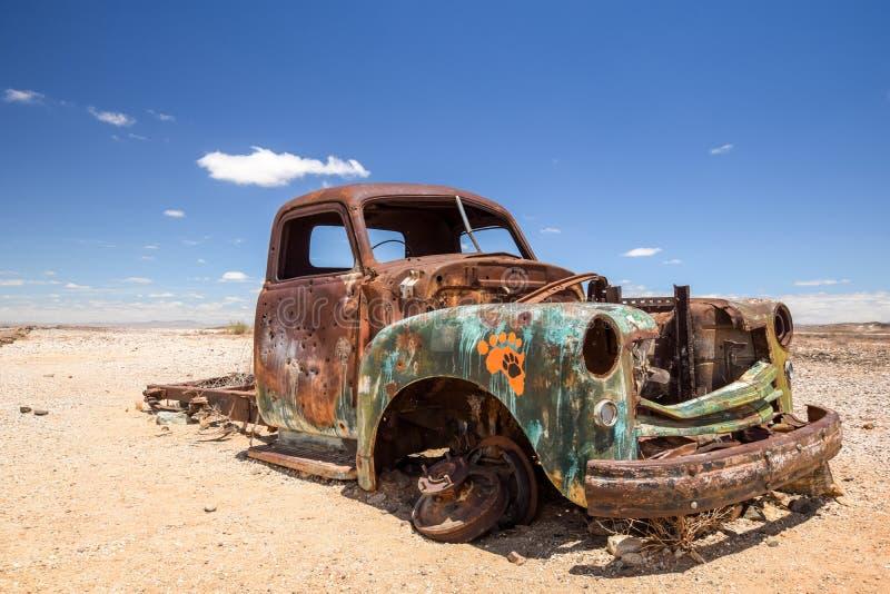 Fermez-vous d'une vieille, rouillée épave de voiture dans le désert namibien images stock