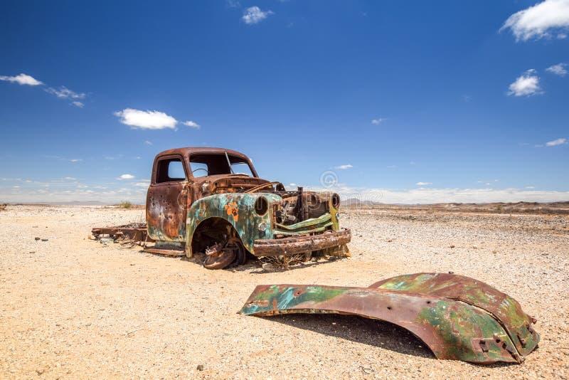 Fermez-vous d'une vieille, rouillée épave de voiture dans le désert namibien image stock