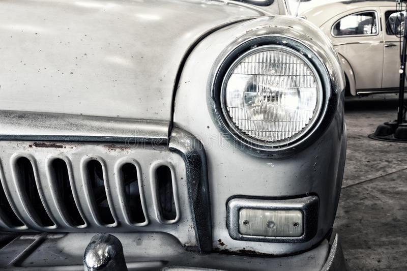 Fermez-vous d'une voiture d'argent de vintage photographie stock
