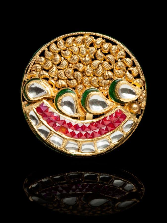 Fermez-vous de beau Diamond Ring, avec des beaucoup pierre gemme précieuse différente photos libres de droits