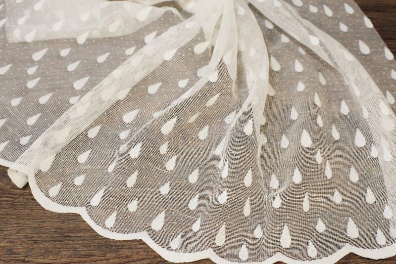 Fermez-vous de beau Tulle blanc Échantillon pur de tissu de rideaux Texture, fond, modèle Proue d'étoile bleue avec la bande bleu photographie stock