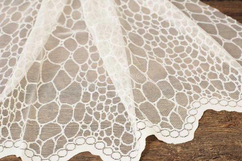 Fermez-vous de beau Tulle blanc Échantillon pur de tissu de rideaux Texture, fond, modèle Proue d'étoile bleue avec la bande bleu images stock