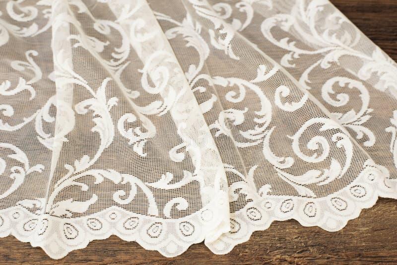 Fermez-vous de beau Tulle blanc Échantillon pur de tissu de rideaux Texture, fond, modèle Proue d'étoile bleue avec la bande bleu photo libre de droits