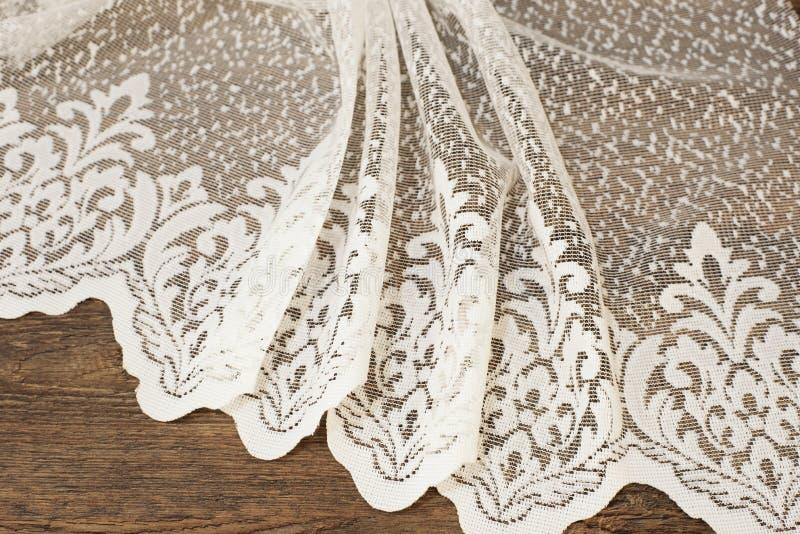 Fermez-vous de beau Tulle blanc Échantillon pur de tissu de rideaux Texture, fond, modèle Proue d'étoile bleue avec la bande bleu photo stock