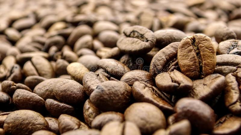 Fermez-vous de beaucoup de grains de café rôtis photo libre de droits
