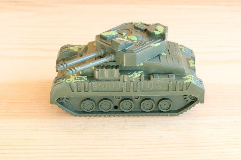 Fermez-vous de couleur verte de réservoir de militaires de jouet photo stock