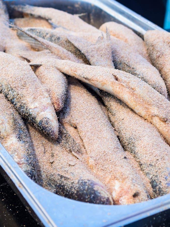 Fermez-vous de cru pané avec des poissons de miettes de pain photo stock
