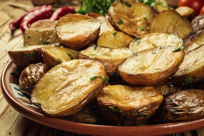 Fermez-vous de cuire la pomme de terre à la vapeur cuite au four chaude, veste beurrée chaude cuite au four images libres de droits
