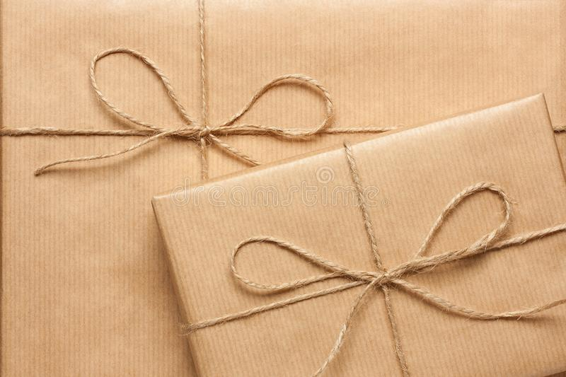 Fermez-vous de deux boîte-cadeau enveloppés en papier réutilisé photos stock