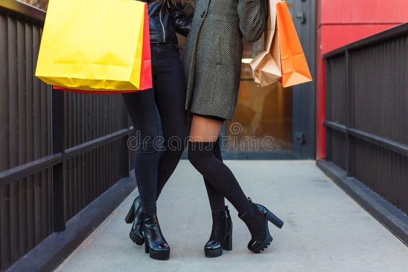 Fermez-vous de deux femmes avec des paniers montrant leurs jambes photos libres de droits
