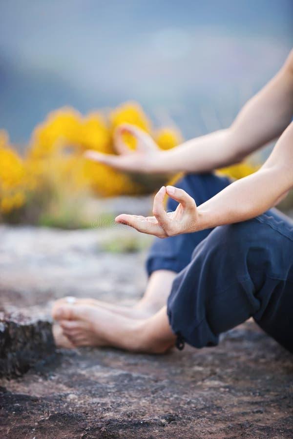 Fermez-vous de faire des gestes femelle de zen de main photo stock