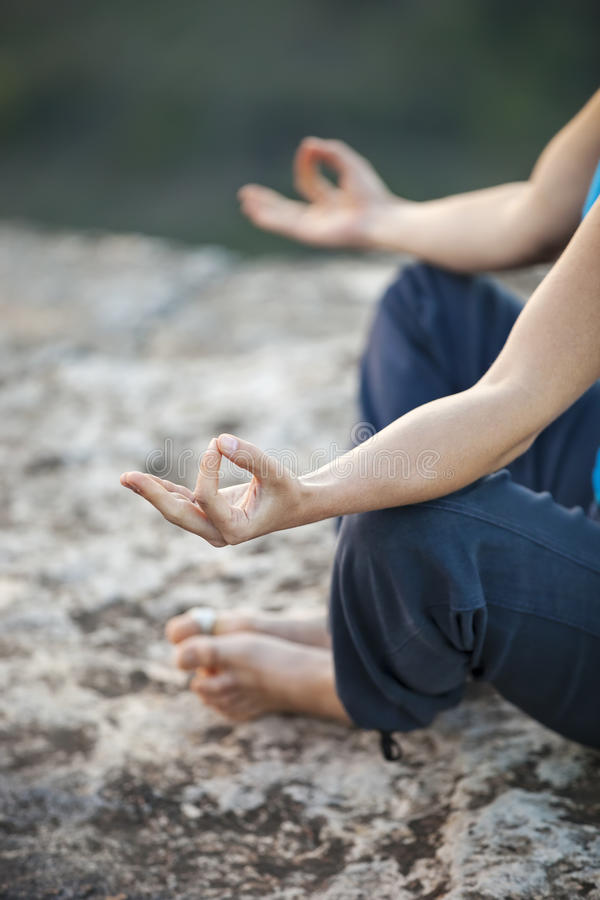 Fermez-vous de faire des gestes femelle de zen de main images stock
