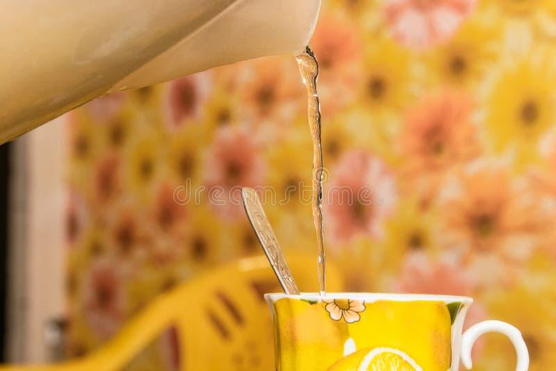 Fermez-vous de faire une tasse du thé images stock