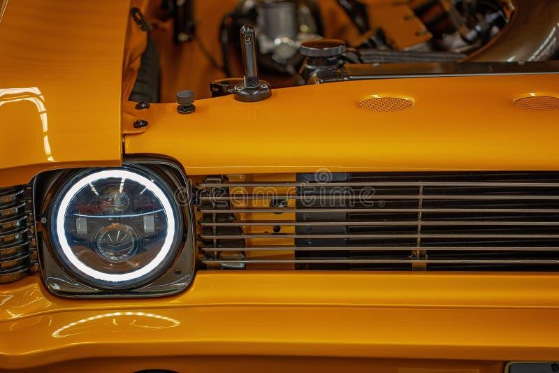 Fermez-vous de Front Of Yellow Classic Car photos stock