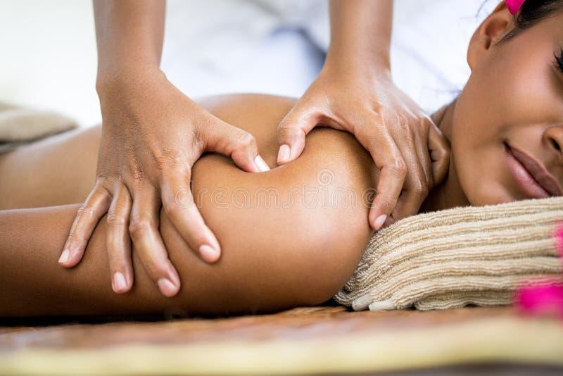 Fermez-vous de l'épaule de massage images stock
