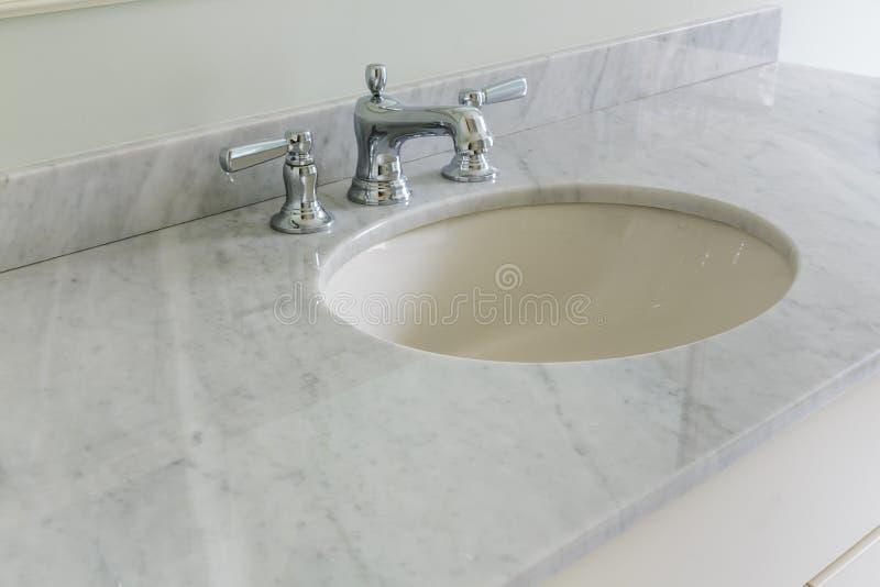 Fermez-vous de l'évier de salle de bains photos libres de droits