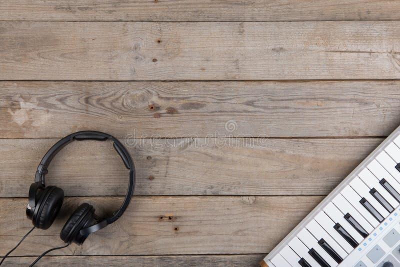 Fermez-vous de l'affaiblisseur, du bouton et des clés de volume de contrôleur du MIDI photographie stock