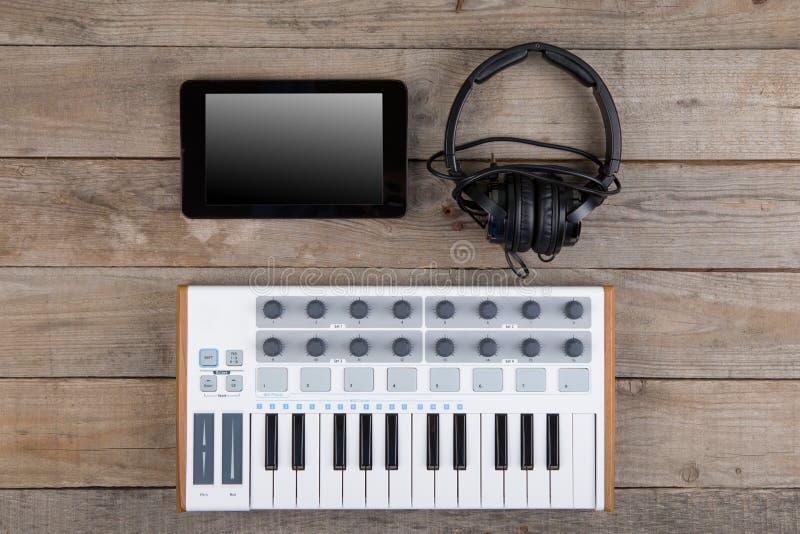 Fermez-vous de l'affaiblisseur, du bouton et des clés de volume de contrôleur du MIDI photos stock