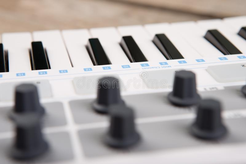 Fermez-vous de l'affaiblisseur, du bouton et des clés de volume de contrôleur du MIDI photos libres de droits