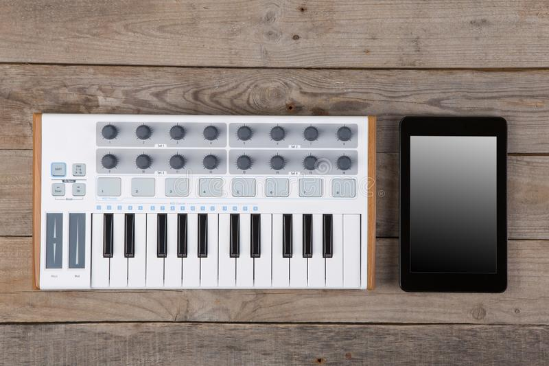 Fermez-vous de l'affaiblisseur, du bouton et des cl?s de volume de contr?leur du MIDI images stock