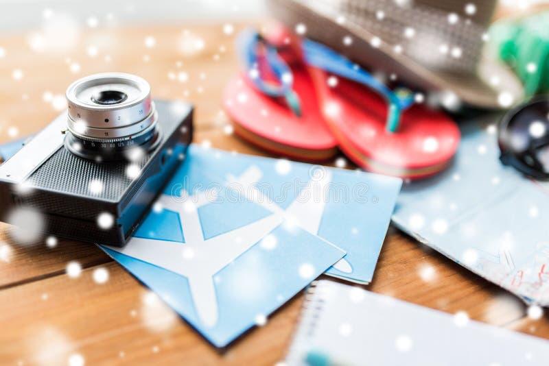 Fermez-vous de l'appareil-photo, des billets et de la substance de voyage photographie stock
