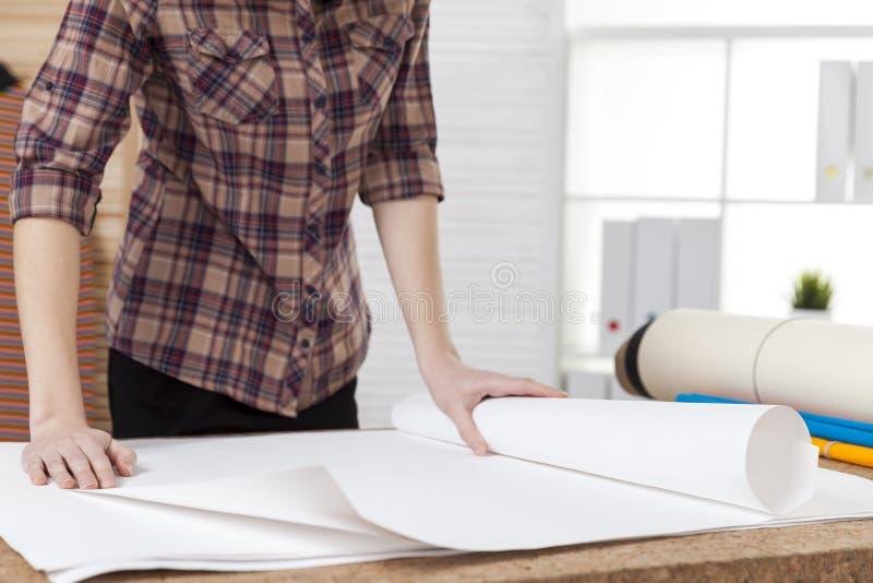 Fermez-vous de l'architecte de femme dans la chemise à carreaux brune photo stock