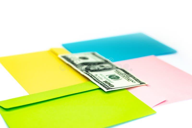 Fermez-vous de l'argent dans l'enveloppe rose se trouvent sur les enveloppes et les lettres color?es multi comme fond Moquerie de photo stock
