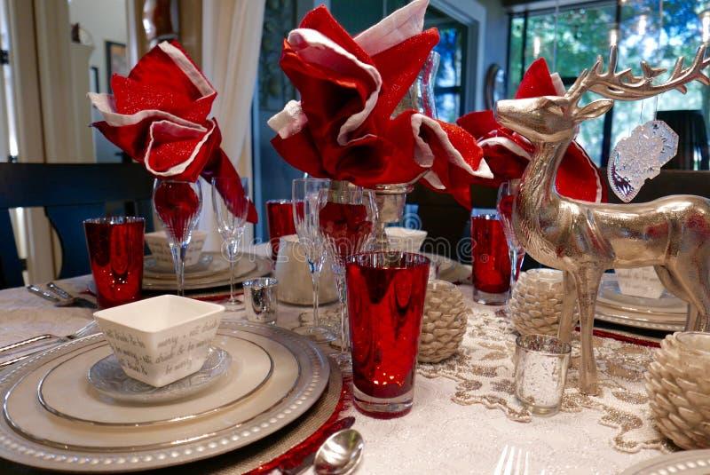 Fermez-vous de l'arrangement de table de Noël de vacances en blanc, argenté, et rouge images libres de droits