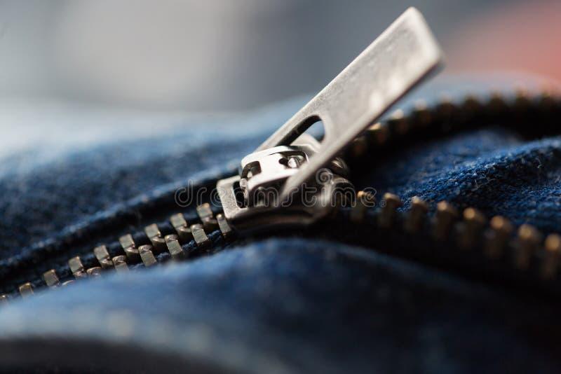 Fermez-vous de l'article de denim ou les jeans zipper images stock