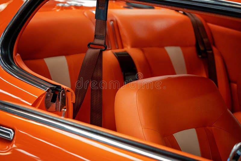 Fermez-vous de l'assortiment intérieur de la voiture classique orange de cru photos stock