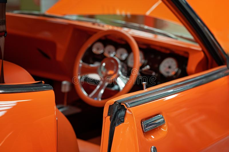 Fermez-vous de l'assortiment intérieur de la voiture classique orange de cru photographie stock