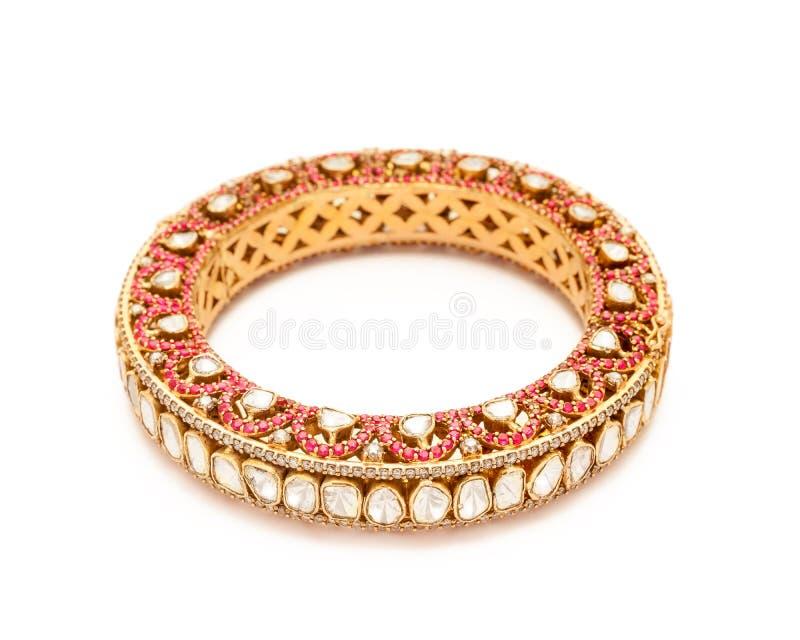Fermez-vous de l'or de concepteur et du bracelet de diamant photographie stock