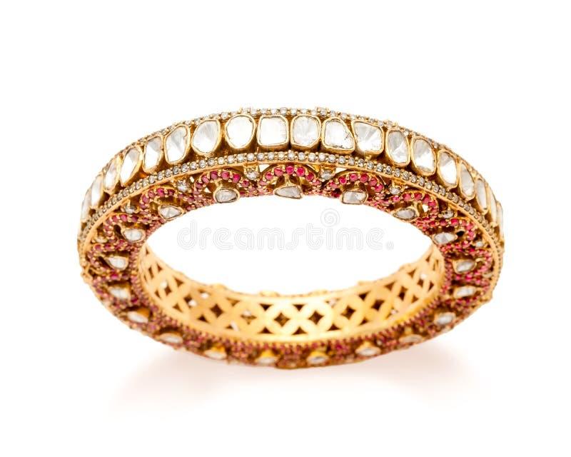 Fermez-vous de l'or de concepteur et du bracelet de diamant image libre de droits