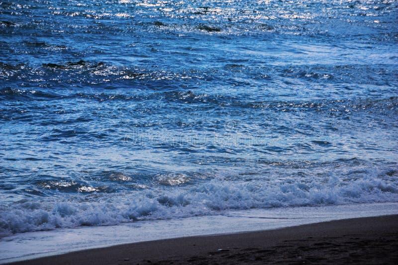 Fermez-vous de l'eau de mer affectant le sable sur la plage, la mer W photo stock