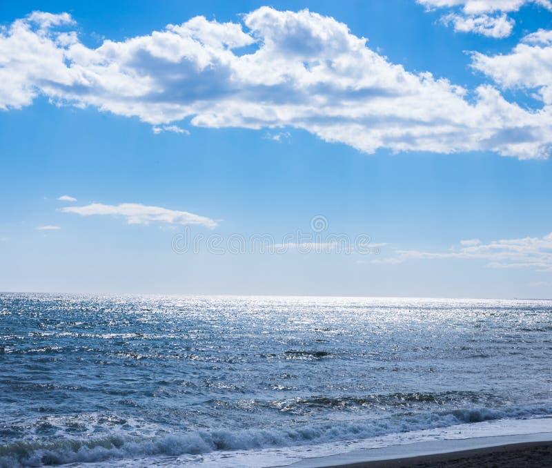 Fermez-vous de l'eau de mer affectant le sable sur la plage, la mer W image libre de droits
