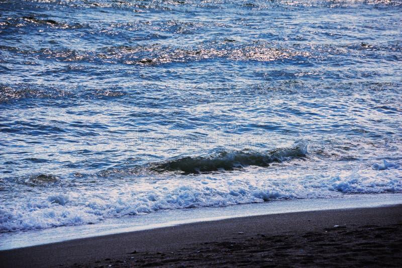 Fermez-vous de l'eau de mer affectant le sable sur la plage, la mer W photos libres de droits