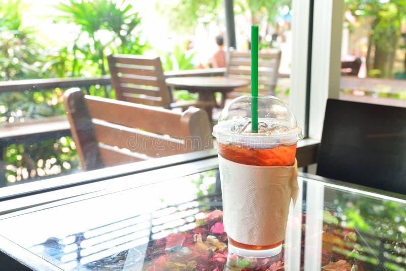 Fermez-vous de l'endroit glacé de thé de citron sur la table Le long de la fenêtre image libre de droits