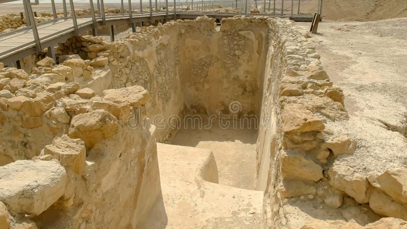 Fermez-vous de l'entrée à un bain d'eau rituel au qumran en Israël photographie stock